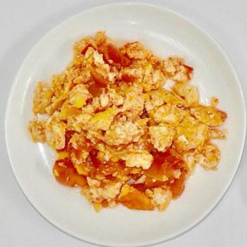 Huevo con tomate rinde para 2 personas